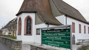 Nirgendwo sonst in Deutschland wütet das Coronavirus so schlimm wie im Würzburger Seniorenheim Ehehaltenhaus - St.Nikolaus, auch 24 Pflegekräfte sind ebenfalls positiv getestet und befinden sich in häuslicher Quarantäne