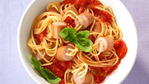 Würstchen-Spaghetti  Juchhu, da ist der Wurm drin. Würstchen und Spaghetti infrisch-fruchtiger Tomatensauce sind der Kinderhit. Hier geht's zum Rezept.