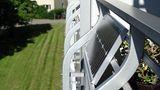 Als Mieter seinen Strom selbst erzeugen  Seinen Strom selbst zu erzeugen, ist auch als Mieter möglich. Drei Dinge sind hierfür notwendig: ein Balkon oder eine Terrasse, das Einverständnis des Vermieters und eine Stecker-Solaranlage. Diese Art der Photovoltaiksystemeproduziert Strom für den Eigenbedarf und ist nicht für das Einspeisen der Energie in das Stromnetz geeignet. Die Steckeranlage wird an den heimischen Stromzähler angeschlossen. Produziert de Anlage Strom, dreht sich der Zähler langsamer undes wird weniger Energie vom Stromversorger bezogen. Die Installation muss von einer Fachfirma durchgeführt werden. Umfassende Informationen , auch zu den rechtlichen Fragen, haben die Verbraucherzentralen zusammengestellt.
