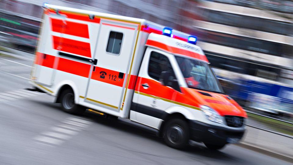 Coronavirus: Ein Krankenwagen fährt mit Blaulicht auf der Straße