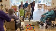 """Im Bryn Celyn Care Home in Wales spielen Bewohner eine lustige Variante des Brettspiels """"Hungry Hungry Hippos""""."""