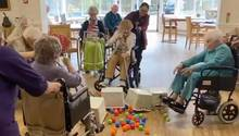 "Im Bryn Celyn Care Home in Wales spielen Bewohner eine lustige Variante des Brettspiels ""Hungry Hungry Hippos""."