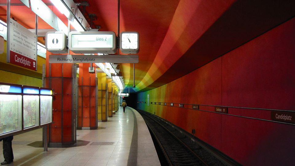 Ein leerer U-Bahnhof in München