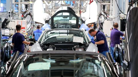 Mitarbeiter im BMW-Werk Leipzig arbeiten in der Montage des i8.