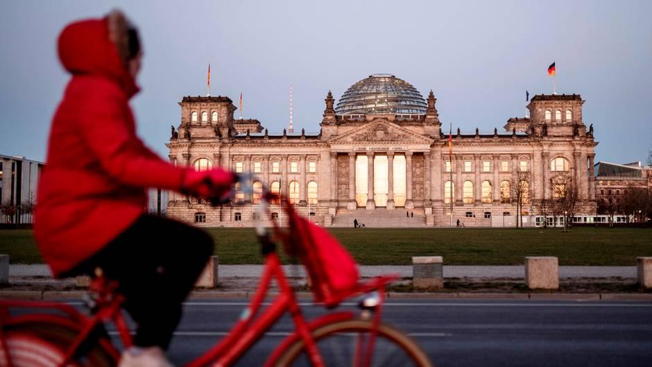 Radfahrerin vor dem Berliner Reichstag