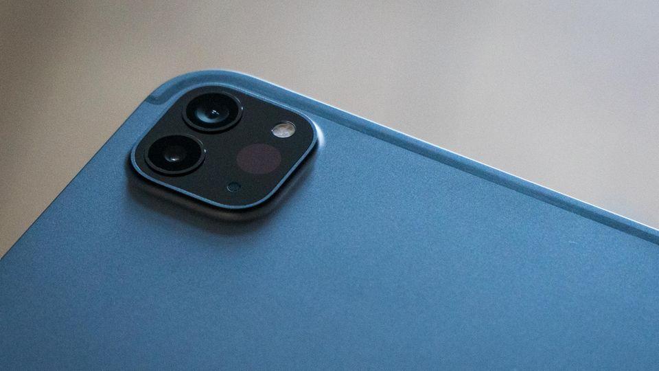 Die zwei Kameralinsen des iPad Pro, der unscheinbare Punkt rechts daneben ist der Lidar-Sensor.