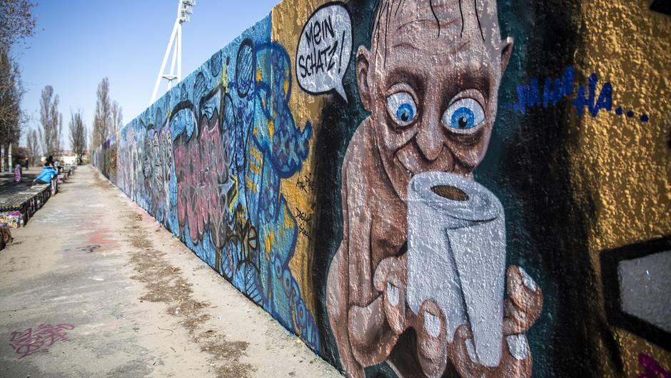 Berlin, Deutschland. Auch Gollum muss mal aufs Klo, und da hilft ihm ein Ring wenig: Ein Graffito zeigtdie Figur aus