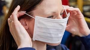 Engpass beim Atemschutzmasken: Eine Frau trägt eine Maske