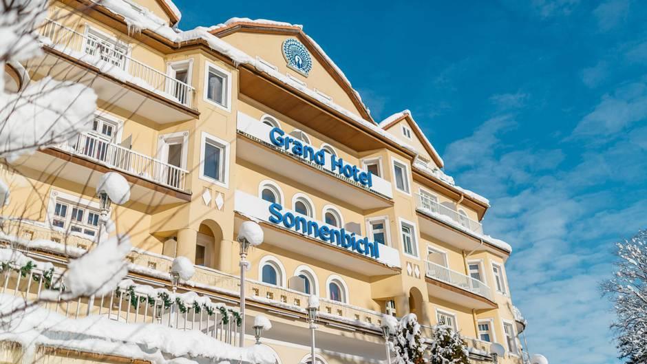 Das Grand Hotel Sonnenbichl in Garmisch-Partenkirchen bietet von seinen Zimmern einen Blick auf die Zugspitze.