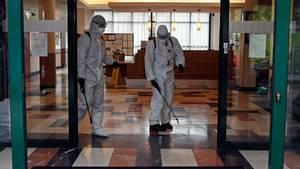 Armeeangehörige desinfizieren ein Altenheim in Madrid.