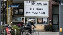 """Die Anzeigetafel eines Holi-Kinos mit den Worten """"Bleiben Sie gesund"""""""