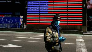 """""""Die Stadt wird es überleben"""": Ein Mann mit Schutzmaske auf dem New Yorker Times Square"""