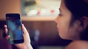Wenn das Smartphone kaputt ist, wird es schnell teuer (Symbolbild)