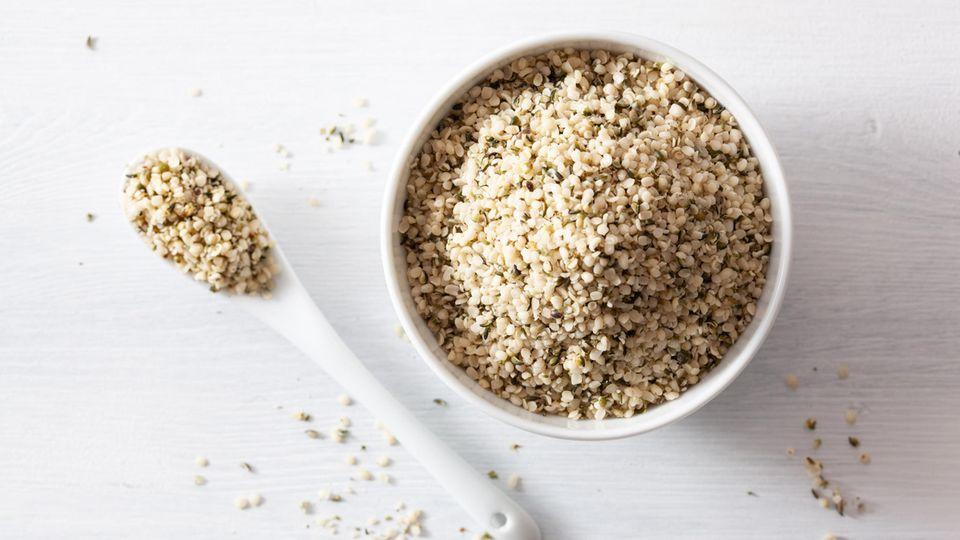 Hanfsamen enthaltenEiweiß, essenzielleAminosäuren, viele Omega-3-Fettsäuren, Vitamine und Mineralien