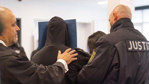 Justizbeamte führen einen der Angeklagten ab (Bild vom 30. September 2019)