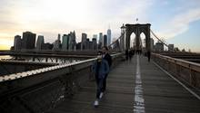 New York, USA: Passanten tragen Atemschutzmasken