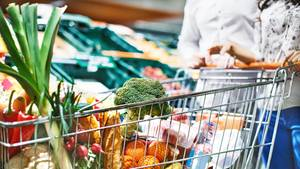 Ein Einkaufswagen voller frischem Gemüse