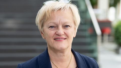 Renate Künast mit kurzen blonden Haaren