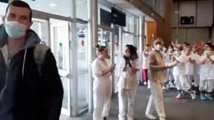 Das Krankenhauspersonal applaudiert dem entlassenen Patienten