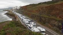 Marokko: Hunderte Wohnwagen und Pkwsan der Grenze zu der spanischen Exklave Ceuta