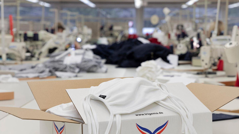 Bei der Firma Trigema in Burladingen werden derzeit Atemschutzmasken gefertigt.