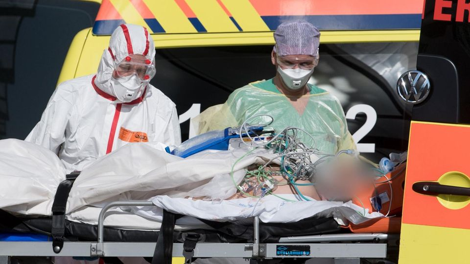 Ein italienischer Corona-Patient wird in die Helios-Klinik Leipzig eingeliefert
