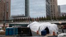 USA, New York: Ein Zelt, das als behelfsmäßige Leichenhalle genutzt werden soll, wird gebaut
