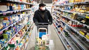 Ein Mann geht in Berlin einkaufen