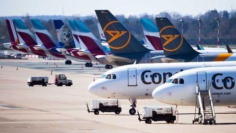 Zahlreiche Flugzeuge von Condor und Eurowings stehen auf dem Vorfeld des Flughafens Düsseldorf geparkt.