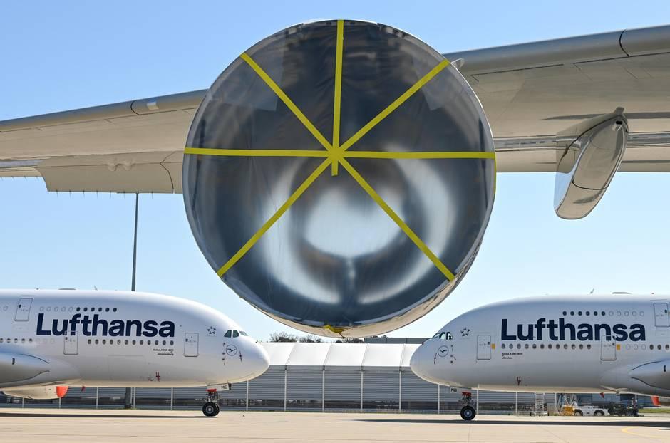 Zwei Airbus A380 der Lufthansa am Boden: Die Jets stehen auf dem Gelände des Frankfurter Flughafen. Bei einerweiteren A380 ist bereits ein Triebwerk demontiert.