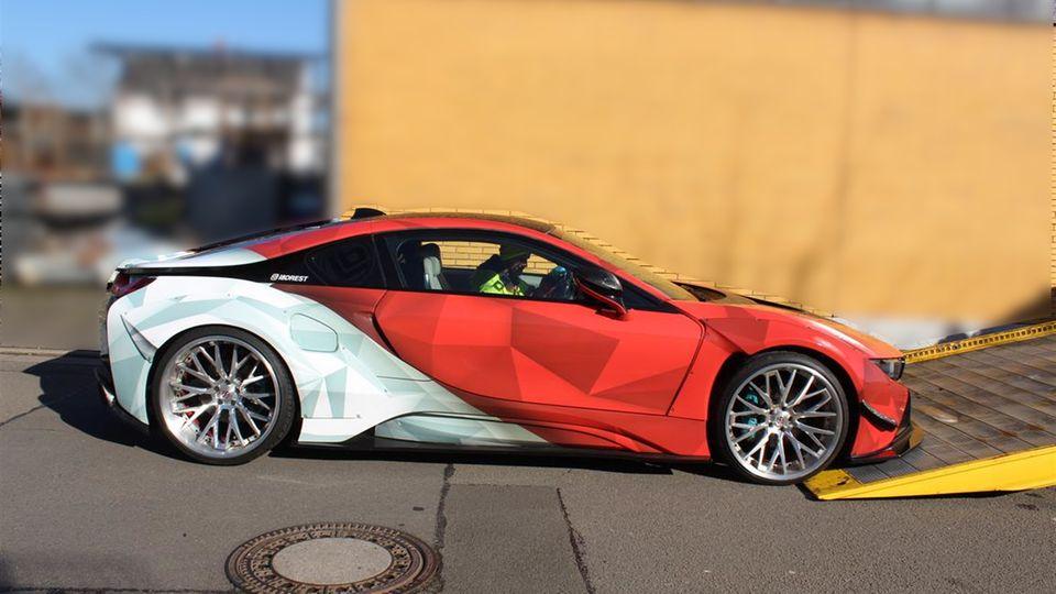Nachrichten aus Deutschland: der BMW I8 wird auf einen Abschleppwagen gezogen