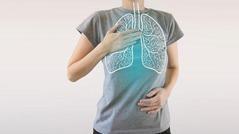 Eine Frau hat die Hände auf Brust und Bauch