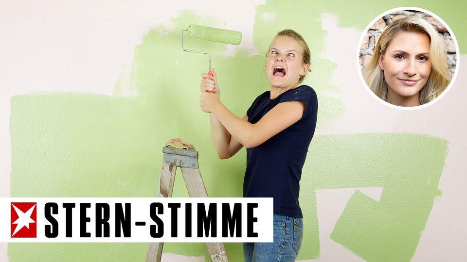 Junge Frau auf Leiter beim Streichen der Wand