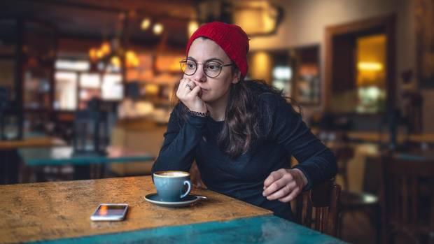 Frau wartet im Café