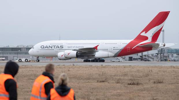 Einer der zwöf Airbus A380 der australischen Fluglinie Qantas wird zu einem Abstellplatz geschleppt