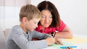 """In Deutschland herrscht """"Kontaktverbot"""": Aber darf dieNachbarin noch auf das eigene Kind aufpassen?"""