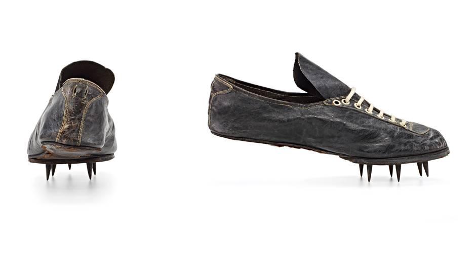 Ein Paar schwarzer Schuhe mit Stollen im vorderen Bereich
