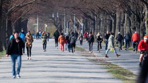 Ausgang in Zeiten des Coronavirus: Menschen spazieren in Hannover um den Maschsee