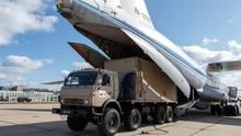 Russland, Moskau: Ein Militärlastwagen wird auf ein Bord eines Frachtflugzeugs Typ Iljuschin Il-76 geladen