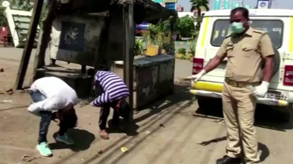 Indien: Schlagstöcke und Strafübungen: Polizei setzt Ausgangssperre rabiat durch