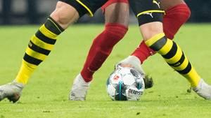 sport kompakt: Zweikampf zwischen einem Spieler des BVB und des FC Bayern