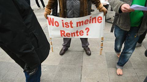 Wo ist meine Rente, steht in roten Buchstaben auf einem weißen Plakat