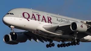 Ein Airbus A380 von Qatar Airways im Landeanflug