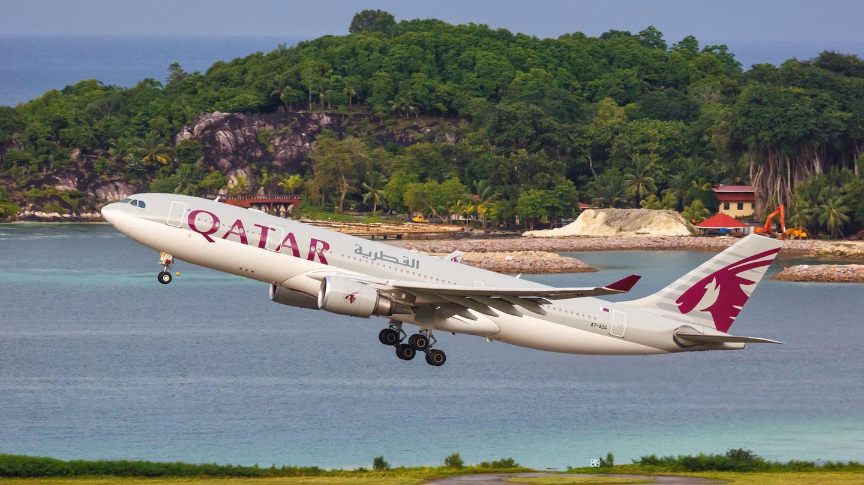 Start eines Airbus A330 vonQatar Airways auf dem Flughafen von Mahéauf den Seychellen.
