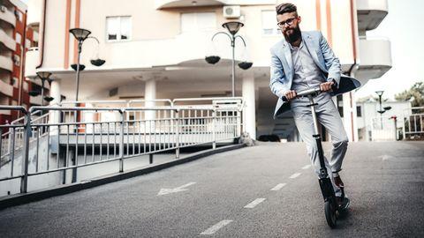 E-Scooter sind nicht leicht zu beherrschen. Wer so fahren will, muss lange üben (Symbolbild).