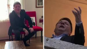 Links sitzt ein Mann im Anzug leger auf einem rot gepolsterten Stuhl, rechts gestikuliert er beim Singen aus seinem Fenster
