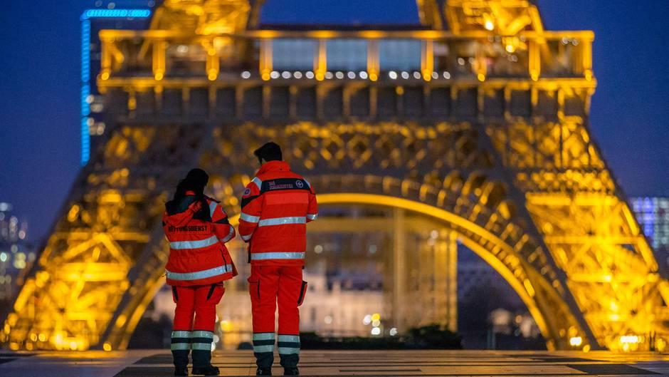Paris:  Eiffelturm leuchtet aus Solidarität mit dem Krankenhaus-Personal länger als sonst