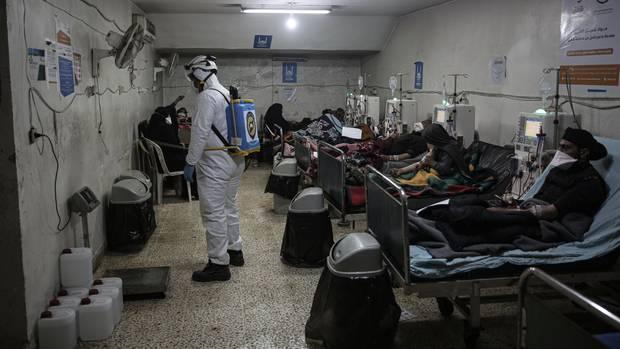Ein Mitglied des syrischen Zivilschutzes versprüht Desinfektionsmittel in einem Krankenhaus