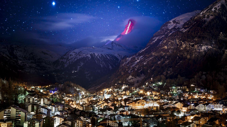 Ein Hashtag am Horizont hoch über Zermatt: eine Aktion des Lichtkünstlers Gerry Hofstetter.