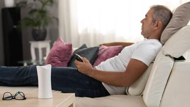 Mann guckt TV
